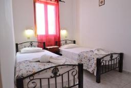 Спальня 2. Греция, Аделе : Шикарная вилла с бассейном и видом на море, 2 спальни, 2 ванные комнаты, зеленый сад, барбекю, парковка, Wi-Fi