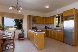 Кухня. Греция, Ретимно : Роскошная вилла с бассейном и видом на море, 3 спальни, 2 ванные комнаты, джакузи, барбекю, парковка, Wi-Fi