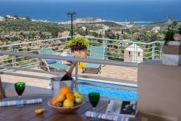 Терраса. Греция, Ретимно : Роскошная вилла с бассейном и видом на море, 3 спальни, 2 ванные комнаты, джакузи, барбекю, парковка, Wi-Fi
