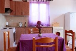 Кухня. Греция, Аделе : Шикарная вилла с бассейном и видом на море, 2 спальни, 2 ванные комнаты, зеленый сад, барбекю, парковка, Wi-Fi