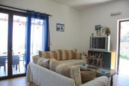 Гостиная. Греция, Аделе : Шикарная вилла с бассейном и видом на море, 3 спальни, 2 ванные комнаты, зеленый сад, барбекю, парковка, Wi-Fi