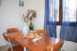 Обеденная зона. Греция, Аделе : Шикарная вилла с бассейном и видом на море, 3 спальни, 2 ванные комнаты, зеленый сад, барбекю, парковка, Wi-Fi