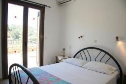 Спальня. Греция, Аделе : Шикарная вилла с бассейном и видом на море, 3 спальни, 2 ванные комнаты, зеленый сад, барбекю, парковка, Wi-Fi