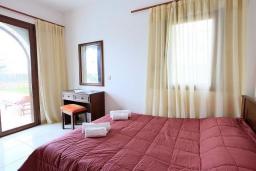 Спальня 3. Греция, Коккино Хорио : Роскошная вилла с бассейном и зеленым двориком с барбекю, 3 спальни, 2 ванные комнаты, парковка, Wi-Fi