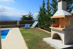 Территория. Греция, Коккино Хорио : Роскошная вилла с бассейном и зеленым двориком с барбекю, 3 спальни, 2 ванные комнаты, парковка, Wi-Fi