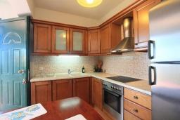 Кухня. Греция, Ираклион : Роскошная вилла с большим бассейном, 2 кухни, 5 спален, 3 ванные комнаты, игровая комната, барбекю, парковка, Wi-Fi