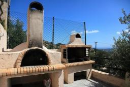 Терраса. Греция, Ираклион : Роскошная вилла с большим бассейном, 2 кухни, 5 спален, 3 ванные комнаты, игровая комната, барбекю, парковка, Wi-Fi