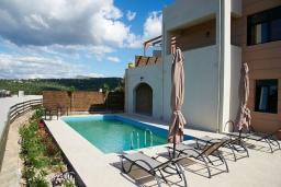 Фасад дома. Греция, Ретимно : Современная вилла с бассейном и зеленым двориком с барбекю, 4 спальни, 2 ванные комнаты, парковка, Wi-Fi