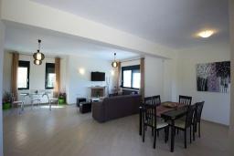 Гостиная. Греция, Ретимно : Современная вилла с бассейном и зеленым двориком с барбекю, 4 спальни, 2 ванные комнаты, парковка, Wi-Fi