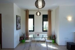 Обеденная зона. Греция, Ретимно : Современная вилла с бассейном и зеленым двориком с барбекю, 4 спальни, 2 ванные комнаты, парковка, Wi-Fi