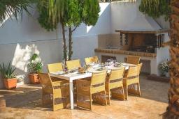 Обеденная зона. Греция, Ретимно : Современная вилла с бассейном недалеко от пляжа, 4 спальни, 3 ванные комнаты, барбекю, парковка, Wi-Fi