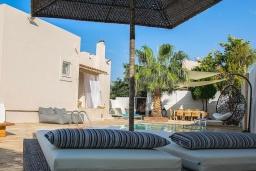 Зона отдыха у бассейна. Греция, Ретимно : Современная вилла с бассейном недалеко от пляжа, 4 спальни, 3 ванные комнаты, барбекю, парковка, Wi-Fi
