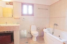 Ванная комната. Греция, Малеме : Каменный дом с бассейном и зеленым садом с барбекю, 2 спальни, парковка, Wi-Fi