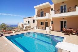 Фасад дома. Греция, Бали : Современная вилла с бассейном и барбекю, 3 спальни, 2 ванные комнаты, парковка, Wi-Fi
