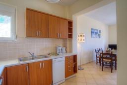 Кухня. Греция, Бали : Современная вилла с бассейном и барбекю, 3 спальни, 2 ванные комнаты, парковка, Wi-Fi