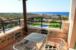 Терраса. Греция, Каливес : Роскошная вилла с бассейном и шикарным видом на море, 150 метров до пляжа, 2 спальни, 2 ванные комнаты, барбекю, парковка, Wi-Fi