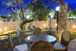 Терраса. Греция, Малеме : Прекрасная вилла с двумя бассейнами и зеленым двориком с барбекю, 4 спальни, 3 ванные комнаты, джакузи, парковка, Wi-Fi