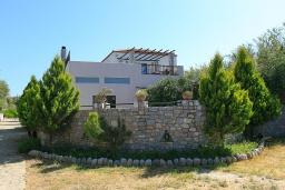Фасад дома. Греция, Малеме : Прекрасная вилла с двумя бассейнами и зеленым двориком с барбекю, 4 спальни, 3 ванные комнаты, джакузи, парковка, Wi-Fi