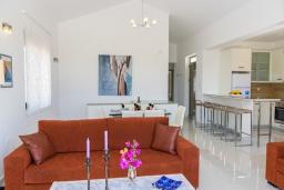 Гостиная. Греция, Коккино Хорио : Роскошная вилла с бассейном и зеленым двориком с барбекю, 3 спальни, 2 ванные комнаты, парковка, Wi-Fi