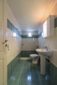 Ванная комната 2. Греция, Коккино Хорио : Прекрасная вилла с бассейном и зеленым двориком с барбекю, 3 спальни, 2 ванные комнаты, парковка, Wi-Fi