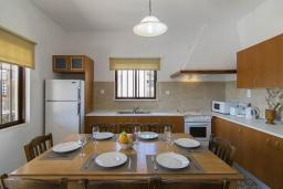 Кухня. Греция, Коккино Хорио : Прекрасная вилла с бассейном и зеленым двориком с барбекю, 3 спальни, 2 ванные комнаты, парковка, Wi-Fi