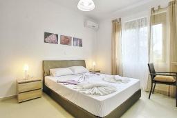 Спальня. Греция, Коккино Хорио : Роскошная вилла с бассейном и зеленым двориком с барбекю, 3 спальни, 2 ванные комнаты, парковка, Wi-Fi
