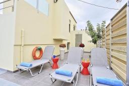 Зона отдыха у бассейна. Греция, Коккино Хорио : Роскошная вилла с бассейном и зеленым двориком с барбекю, 3 спальни, 2 ванные комнаты, парковка, Wi-Fi