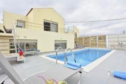 Фасад дома. Греция, Коккино Хорио : Роскошная вилла с бассейном и зеленым двориком с барбекю, 3 спальни, 2 ванные комнаты, парковка, Wi-Fi