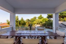 Обеденная зона. Греция, Ретимно : Шикарная вилла с большим бассейном и видом на море, 5 спален, 4 ванные комнаты, джакузи, сад, детская площадка, барбекю, тренажерный зал, игровая комната, парковка, Wi-Fi