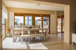 Обеденная зона. Греция, Скалета : Роскошная вилла с большим бассейном и зеленым двориком, 50 метров до пляжа, 6 спален, 6 ванных комнат, барбекю, джакузи, парковка, Wi-Fi