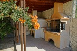 Территория. Греция, Скалета : Прекрасная вилла с бассейном и двориком с барбекю, 3 спальни, 2 ванные комнаты, парковка, Wi-Fi