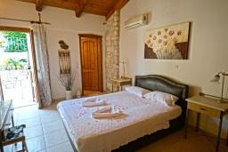 Спальня. Греция, Скалета : Прекрасная вилла с бассейном и двориком с барбекю, 3 спальни, 2 ванные комнаты, парковка, Wi-Fi