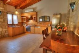 Кухня. Греция, Скалета : Прекрасная вилла с бассейном и двориком с барбекю, 3 спальни, 2 ванные комнаты, парковка, Wi-Fi