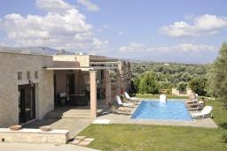 Фасад дома. Греция, Скалета : Роскошная вилла с бассейном и зеленым двориком с барбекю, 5 спален, 3 ванные комнаты, парковка, Wi-Fi