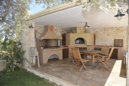 Терраса. Греция, Скалета : Роскошная вилла с бассейном и зеленым двориком с барбекю, 5 спален, 3 ванные комнаты, парковка, Wi-Fi