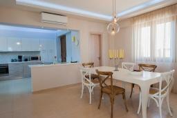 Обеденная зона. Греция, Аделе : Шикарная вилла с бассейном и зеленым двориком, 3 спальни, 2 ванные комнаты, барбекю, парковка, Wi-Fi