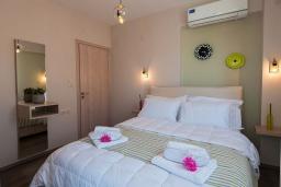 Спальня. Греция, Аделе : Шикарная вилла с бассейном и зеленым двориком, 3 спальни, 2 ванные комнаты, барбекю, парковка, Wi-Fi