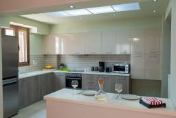 Кухня. Греция, Аделе : Шикарная вилла с бассейном и зеленым двориком, 3 спальни, 2 ванные комнаты, барбекю, парковка, Wi-Fi