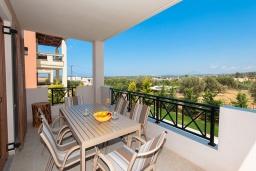 Терраса. Греция, Аделе : Шикарная вилла с бассейном и зеленым двориком, 3 спальни, 2 ванные комнаты, барбекю, парковка, Wi-Fi