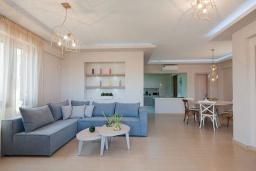Гостиная. Греция, Аделе : Шикарная вилла с бассейном и зеленым двориком, 3 спальни, 2 ванные комнаты, барбекю, парковка, Wi-Fi