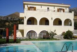 Фасад дома. Греция, Плакиас : Прекрасная вилла с бассейном и зеленым двориком с барбекю, 3 спальни, 2 ванные комнаты, парковка, Wi-Fi