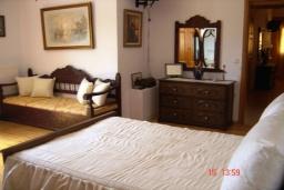 Спальня. Греция, Плакиас : Прекрасная вилла с бассейном и зеленым двориком с барбекю, 3 спальни, 2 ванные комнаты, парковка, Wi-Fi