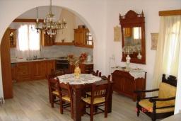 Кухня. Греция, Плакиас : Прекрасная вилла с бассейном и зеленым двориком с барбекю, 3 спальни, 2 ванные комнаты, парковка, Wi-Fi
