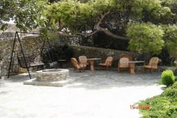 Территория. Греция, Плакиас : Прекрасная вилла с бассейном и зеленым двориком с барбекю, 3 спальни, 2 ванные комнаты, парковка, Wi-Fi