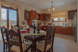 Кухня. Греция, Превели : Роскошная вилла с бассейном и видом на море, 2 спальни, барбекю, зеленый сад, детская площадка, парковка, Wi-Fi