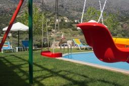 Детская площадка. Греция, Превели : Роскошная вилла с бассейном и видом на море, 2 спальни, барбекю, зеленый сад, детская площадка, парковка, Wi-Fi