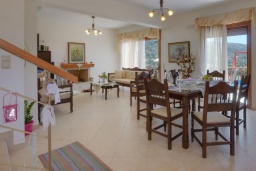 Гостиная. Греция, Превели : Роскошная вилла с бассейном и видом на море, 2 спальни, барбекю, зеленый сад, детская площадка, парковка, Wi-Fi