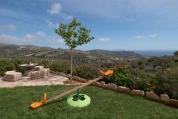 Территория. Греция, Превели : Роскошная вилла с бассейном и видом на море, 2 спальни, барбекю, зеленый сад, детская площадка, парковка, Wi-Fi