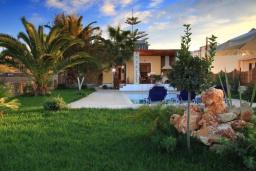 Фасад дома. Греция, Скалета : Роскошная вилла с бассейном и видом на море, 100 метров до пляжа, 2 спальни, барбекю, сад, парковка, Wi-Fi