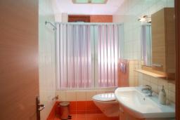 Ванная комната. Греция, Скалета : Роскошная вилла с бассейном и видом на море, 100 метров до пляжа, 2 спальни, барбекю, сад, парковка, Wi-Fi